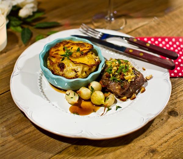 Lammrostbiff med potatisbakelse, gremolata och timjansky