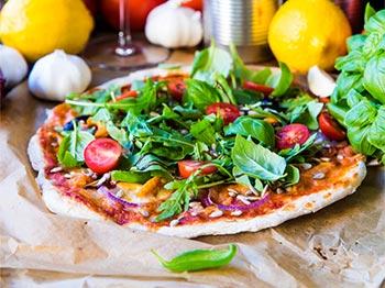 Hemmagjord pizza med skinka och kantareller
