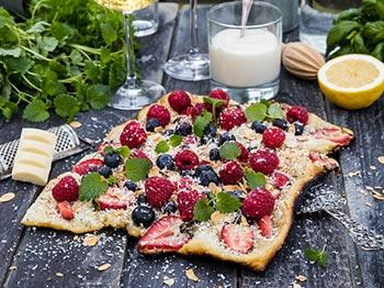 Grillad efterrättspizza med färska bär, vit choklad och citronkvarg