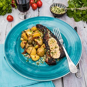 Hickorypenslad flintastek med nötcrunch, kryddsmör och hemmagjord potatissallad