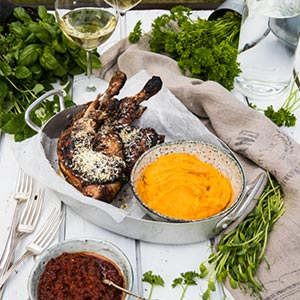 Kycklingklubbor med kryddigt parmesanströssel och grillad sötpotatispuré Thumbnail
