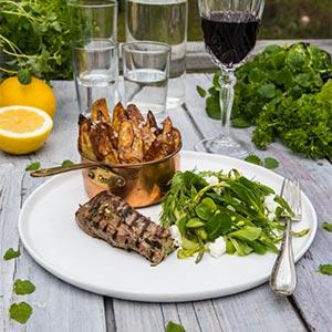 Grillad lammfilé med rostade potatisklyftor och sparris