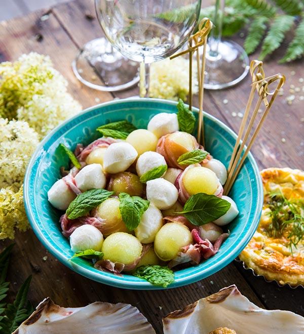 Melon och myntabollar med lufttorkad skinka