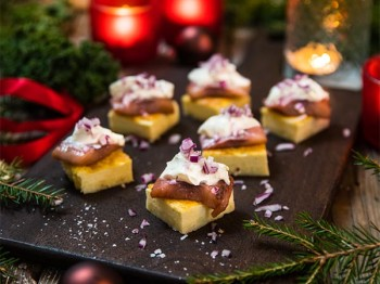 Julig mini quiche med matjessill och rödlök