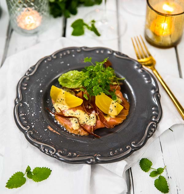 Rökt lax med serrano, gulbetor, passionsfrukt och avokadokräm